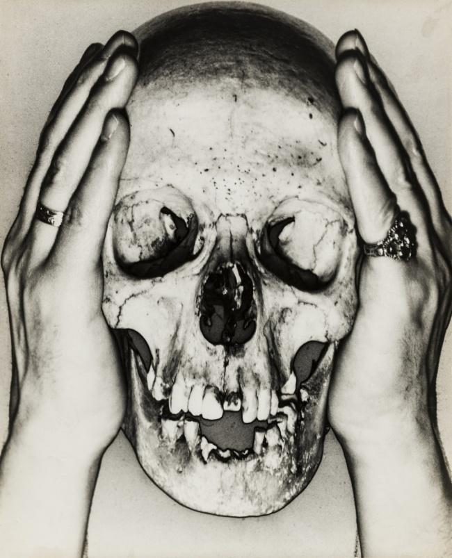 Erwin Blumenfeld. 'Totenschädel / Skull' 1932/33