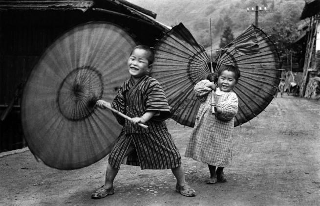 Ken Domon. 'Bambini che fanno roteare gli ombrelli [Kids twirling umbrellas]' c. 1937
