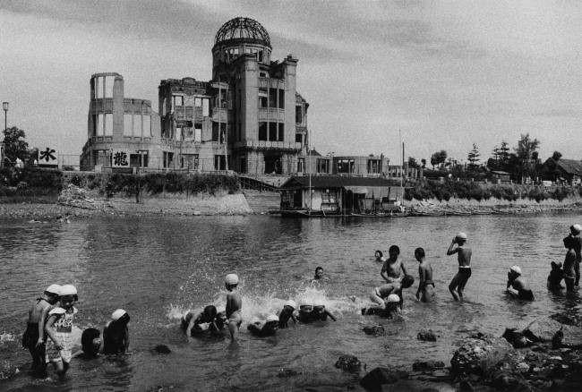 Ken Domon. 'Bagno presso il fiume davanti allo Hiroshima Dome [Bath at the river in front of the Hiroshima Dome]' 1957