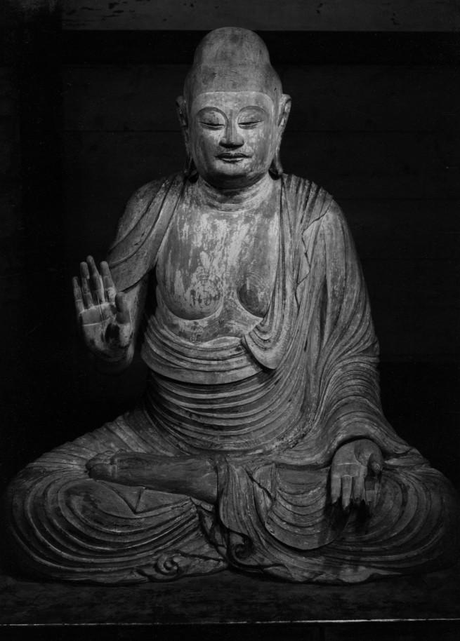 Ken Domon. 'Buddha Shaka ligneo a figura intera presso il Mirokudō del Murōji [Buddha Shaka wooden full-length at the Mirokudō Muroji]' c. 1943