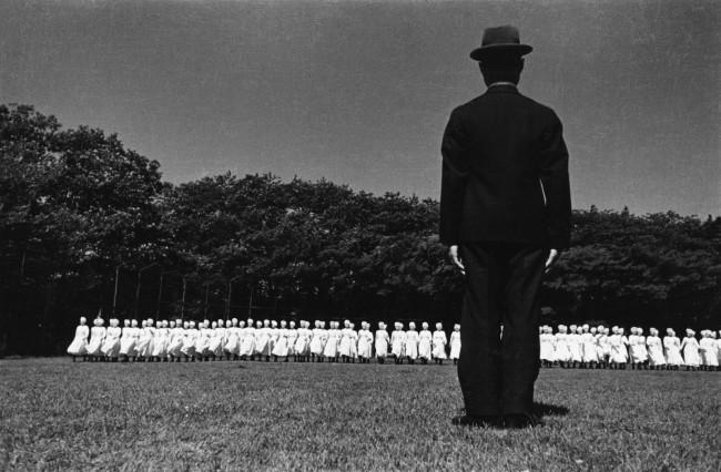 Ken Domon. 'Esercitazioni delle crocerossine [Red Cross exercises]' 1938