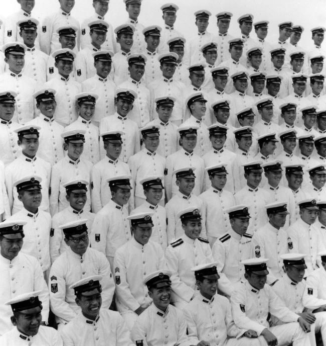 Ken Domon. 'Foto commemorativa della cerimonia di diploma del corpo della Marina [Commemorative photo of the Marine Corp graduation ceremony]' 1944