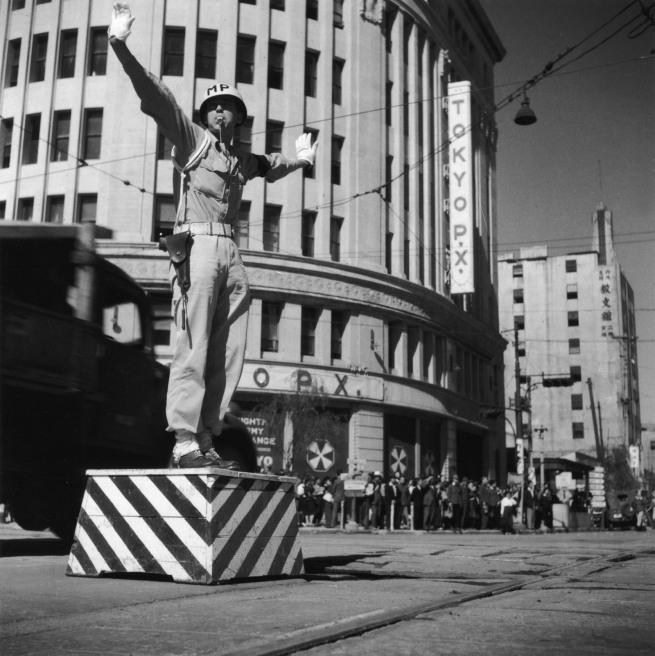 Ken Domon. 'Vigile urbano a Ginza 4-chōme [Traffic policeman in Ginza 4-chōme]' 1946