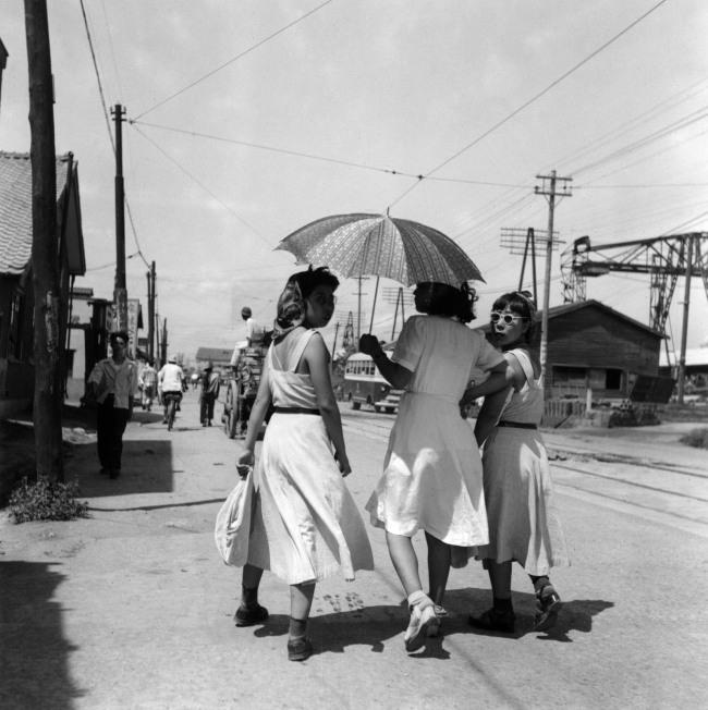Ken Domon. 'Donne a passeggio [Women walking]' 1950