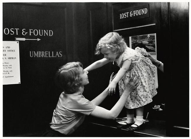 Sabine Weiss. 'Enfant perdu dans un grand magasin, New York' États-Unis, 1955