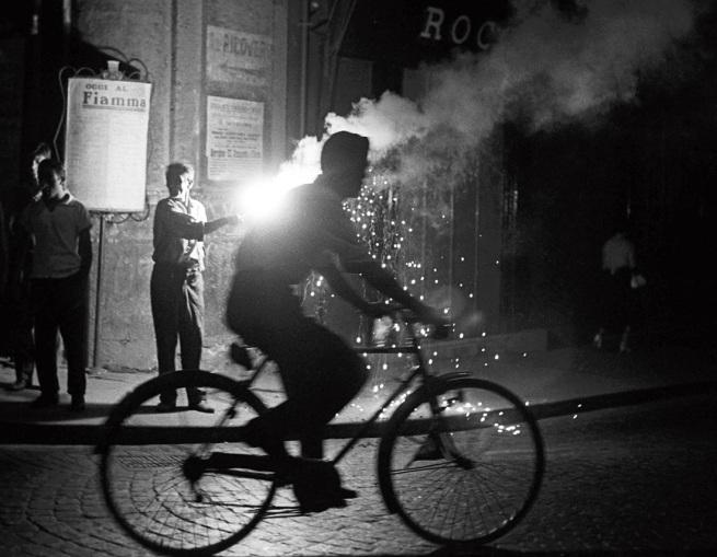 Sabine Weiss. 'Feux de Bengale, Naples' Italie, 1955