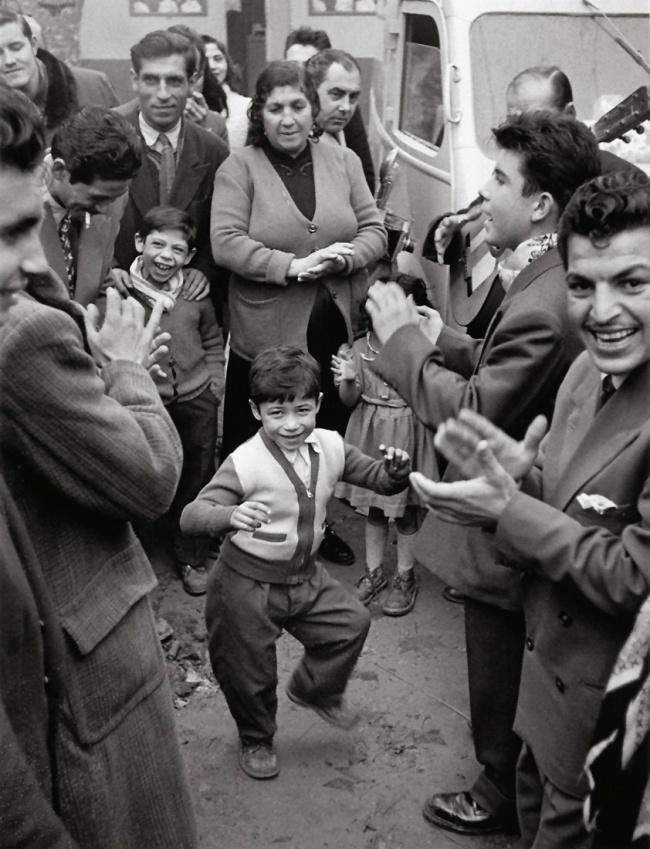 Sabine Weiss. 'Mariage gitan' Tarascon, 1953