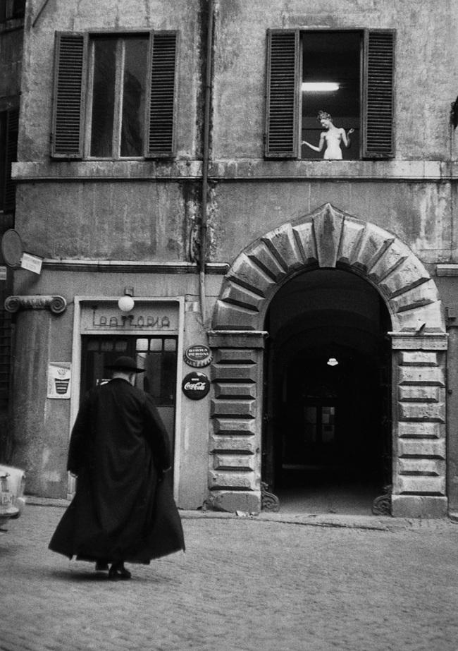 Sabine Weiss. 'Prêtre devant une trattoria, Rome' Italie, 1957