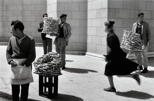 Sabine Weiss. 'Vendeurs de pain' Athènes Grèce, 1958