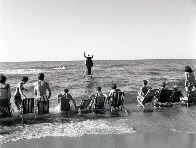 "Eustachy Kossakowski. 'Le ""Panoramic Sea Happening - Sea Concerto, Osieki"" de Tadeusz Kantor (extrait d'une série)' 1967"