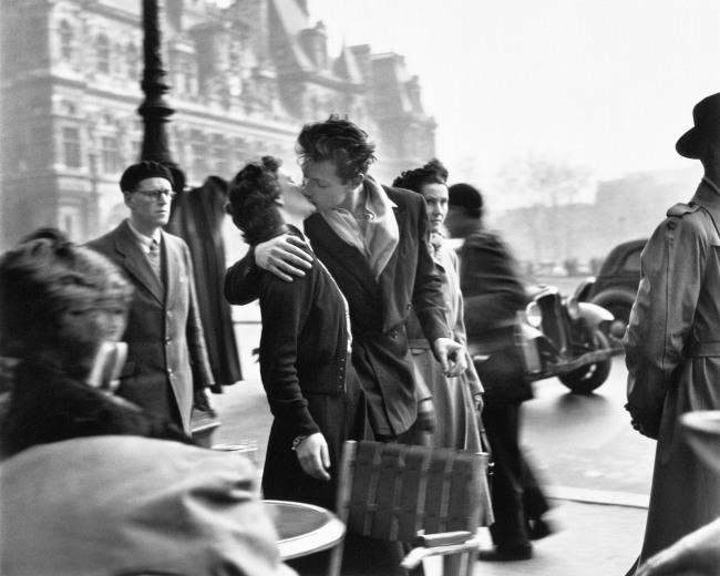 Robert Doisneau. 'Le Baiser de l'Hôtel de Ville' (The Kiss by the Hôtel de Ville) Paris, 1950