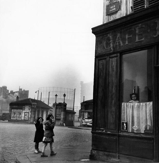Robert Doisneau. 'Le nez au carreau' 1953