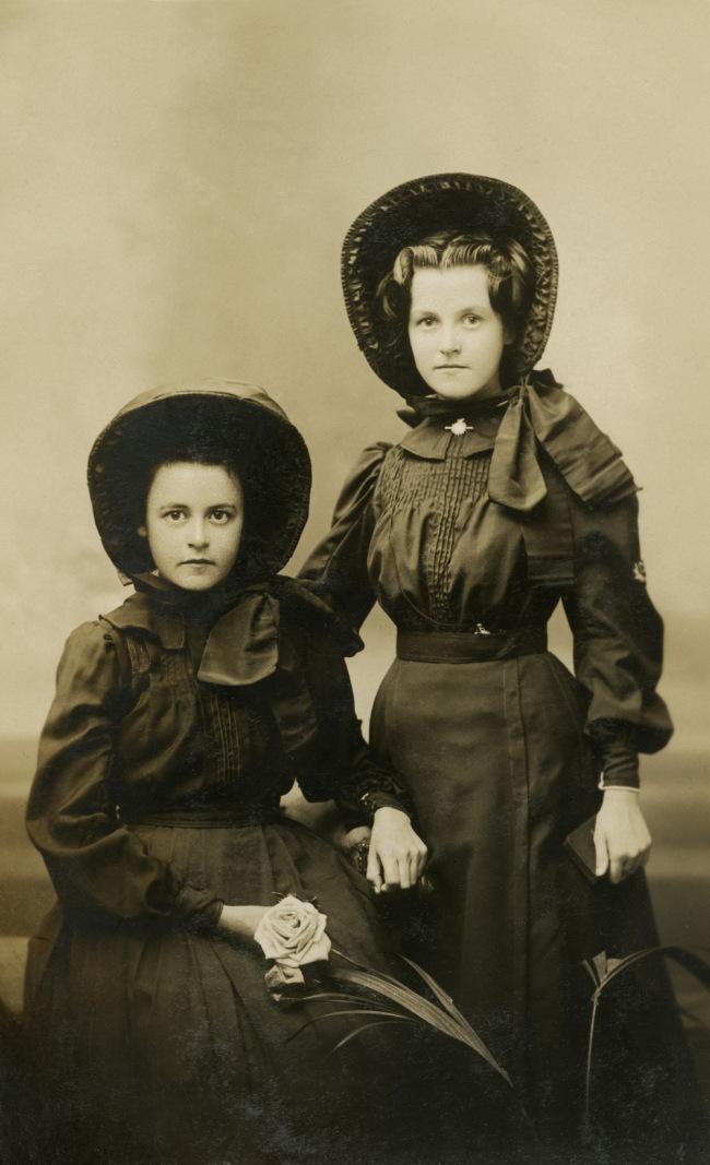 Thomas Mathewson & Co. 'Two Salvation Army girls' 1910-1915