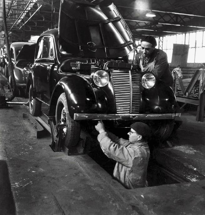 Robert Doisneau. 'Chaîne de montage Juvaquatre et Primaquatre, Usine Renault, Boulogne-Billancourt' 1945