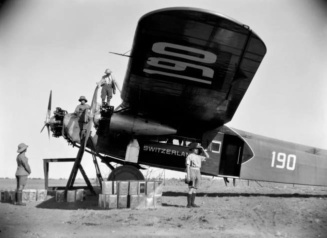 Walter Mittelholzer. 'Tanken in Mongalla' 1930