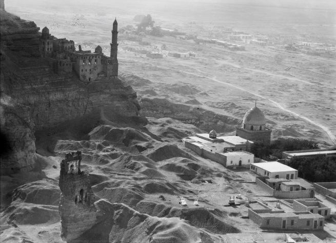 Walter Mittelholzer. 'Westabsturz des Mokattamgebirge mit Niltal' 1929