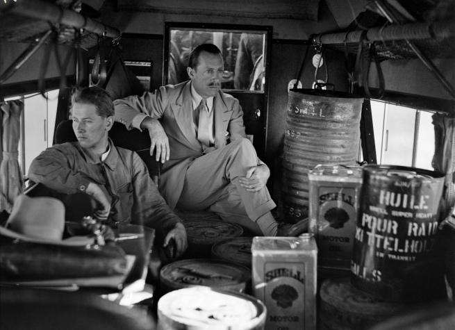 Walter Mittelholzer. 'In der mit Benzin- und Ölfässern gefüllten Kabine haben Captain Wood and Wegmann doch noch ein gemütliches Plätzchen gefunden' 1930-31