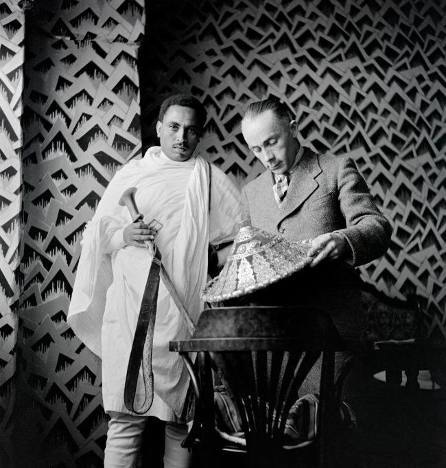 Walter Mittelholzer. 'Übergabe von Schild und Degen an Walter Mittelholzer' c. 1934