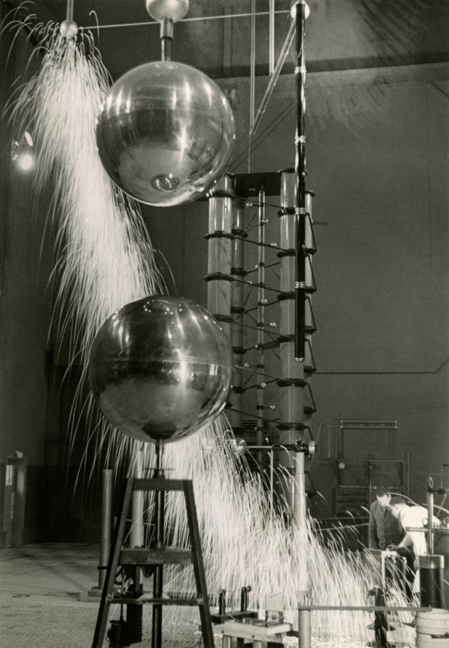 Jakob Tuggener (1904-1988) 'Laboratorio di ricerca, fabbrica di costruzioni meccaniche Oerlikon' [Research laboratory, Oerlikon mechanical engineering factory] 1941
