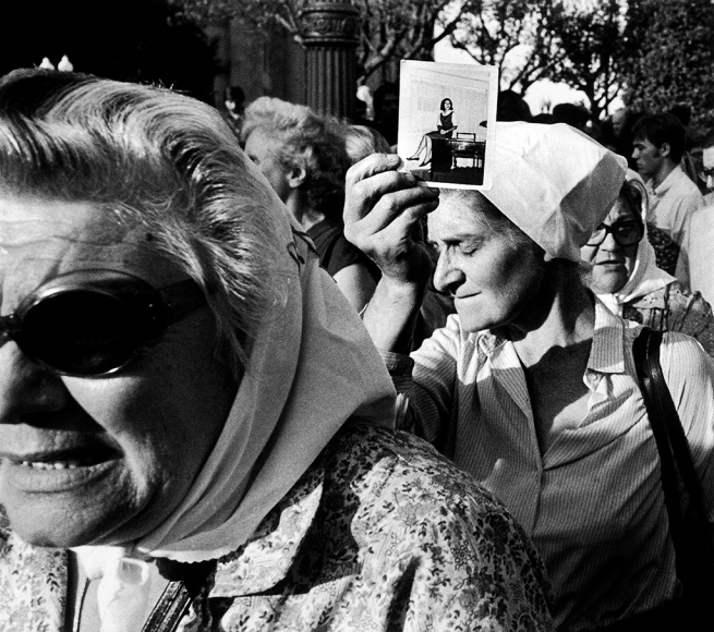 Eduardo Longoni. 'Madres de Plaza de Mayo durante su habitual ronda' / 'Mothers of Plaza de Mayo during Their Customary March' 1981