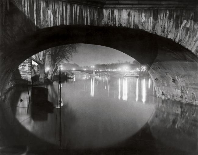 Brassaï(Gyulá Halász, 1899 - 1984) 'Vista per sota del Pont Royal cap al Pont de Solférino [View through the pont Royal toward the pont Solférino]' c. 1933