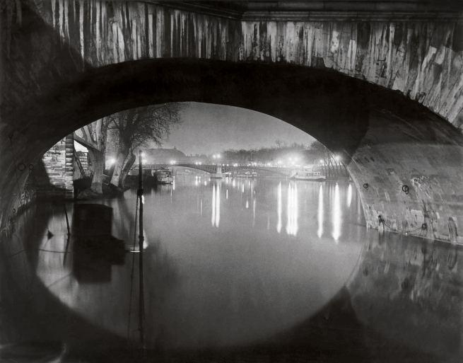 Brassaï (Gyulá Halász, 1899 - 1984) 'Vista per sota del Pont Royal cap al Pont de Solférino [View through the pont Royal toward the pont Solférino]' c. 1933