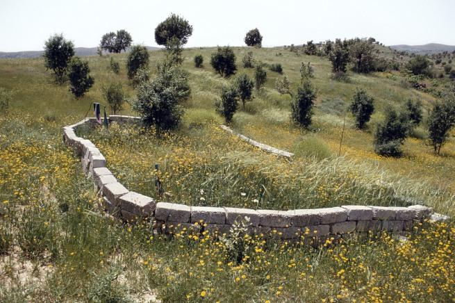 Susan Meiselas(b. 1948, Baltimore) 'Blocs de béton signalant la fosse commune de Koreme, nord de l'Irak' 1992