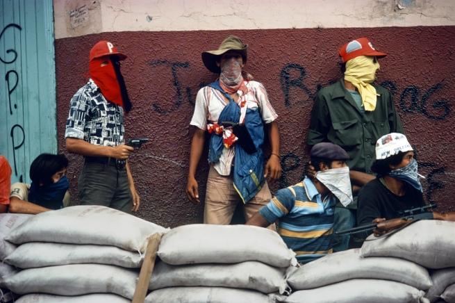 Susan Meiselas(b. 1948, Baltimore) 'Muchachos attendant la riposte de la Garde nationale, Matagalpa, Nicaragua' 1978