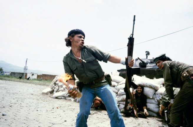 """Susan Meiselas(b. 1948, Baltimore) 'Sandinistes aux portes du quartier général de la Garde nationale à Esteli : """"L'homme au cocktail Molotov"""", Nicaragua' 16 juillet 1979"""