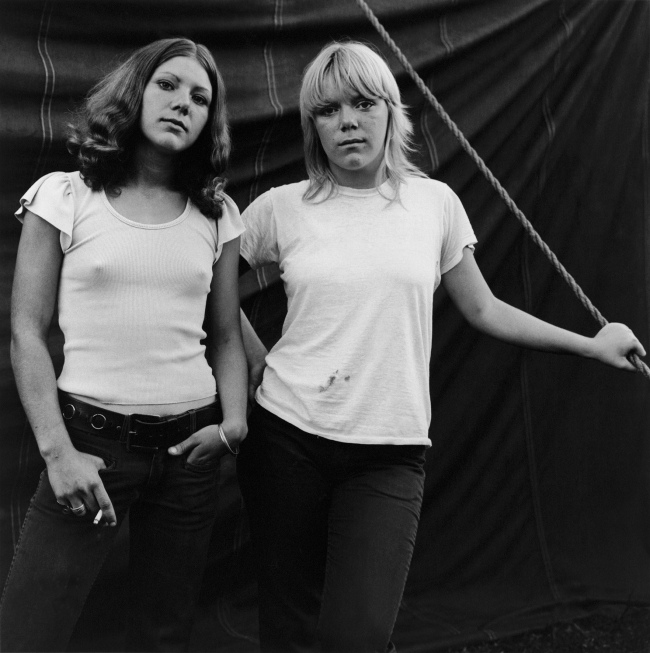 Susan Meiselas(b. 1948, Baltimore) 'Debbie et Renee, Rockland, Maine, 1972' 1972