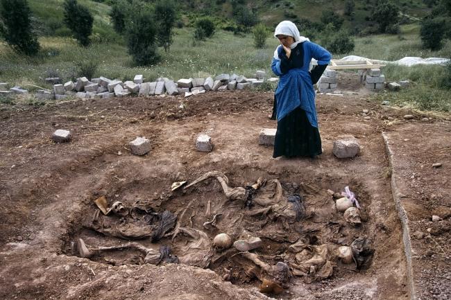 Susan Meiselas(b. 1948, Baltimore) 'Veuve sur le charnier de Koreme, nord de l'Irak' 1992