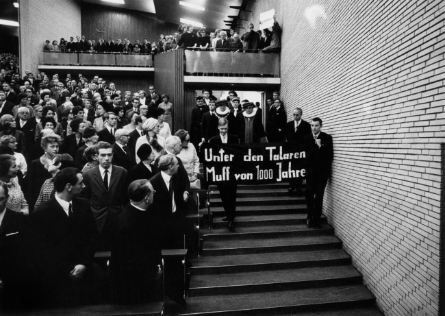 Manfred Sohr. 'Rektoratswechsel im Audimax der Universität Hamburg' Change of rectorate in the main auditorium of the University of Hamburg 1967