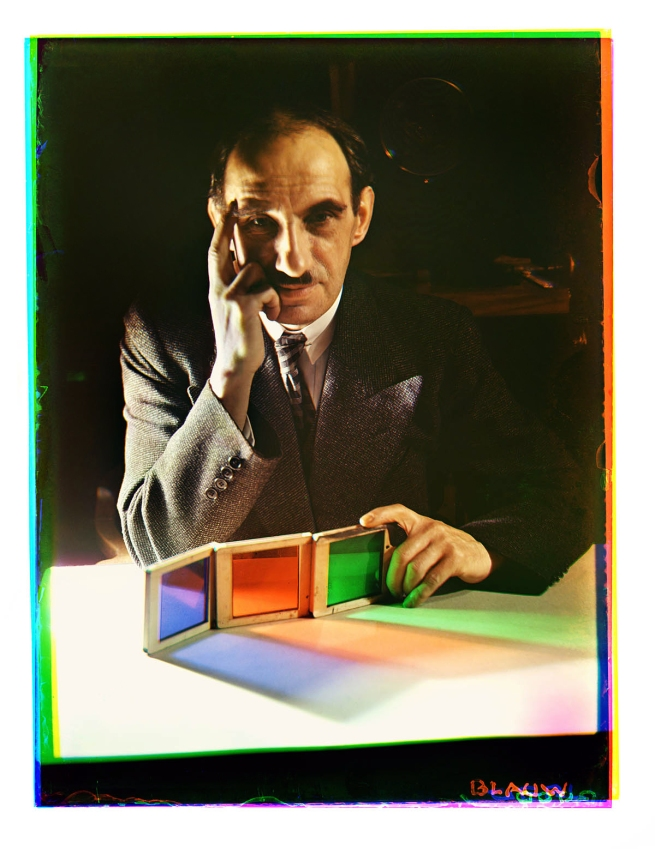 Bernard F. Eilers (1878-1951) 'Zelfportret met drie kleurfilters (violetblauw, groen en oranje)' (Self-portrait with three colour filters (violet blue, green and orange)) 1934-04/1936-01