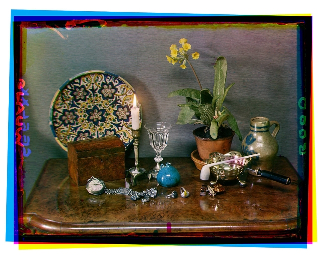 Bernard F. Eilers (1878-1951) 'Stilleven met een bloeiende primula, een majolica bord, steengoed kannetje en ander voorwerpen' (Still life with a flowering primula, a majolica plate, stoneware jug and other objects) 1934-04/1939-10