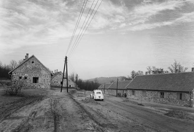 Unknown photographer. 'Hungary, Uzsa (at that time part of the Lesenceistvánd settlement), Liget utca' 1950
