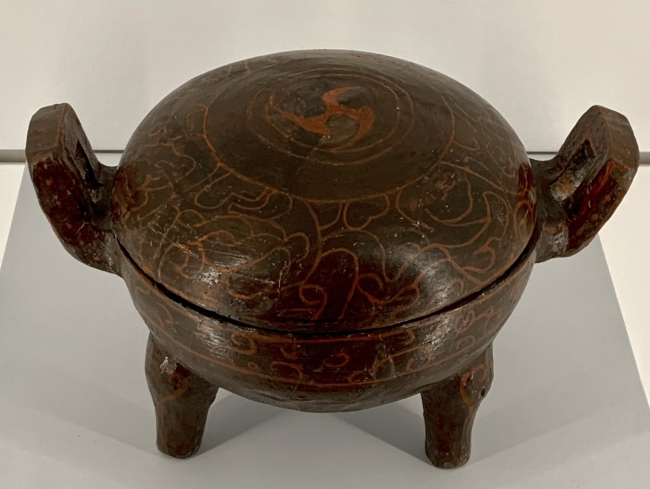 Lacquered vessel, Ding 陶胎漆鼎 Warring States period, 475 - 221 BCE