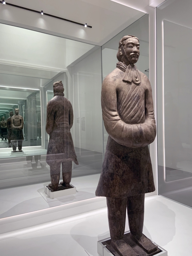 Civil official 文官俑 Qin dynasty, 221 - 207 BCE