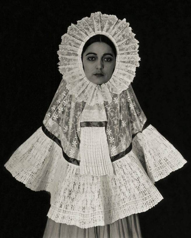 Edward Weston. 'Rosa Covarrubias in Tehuana dress' 1926
