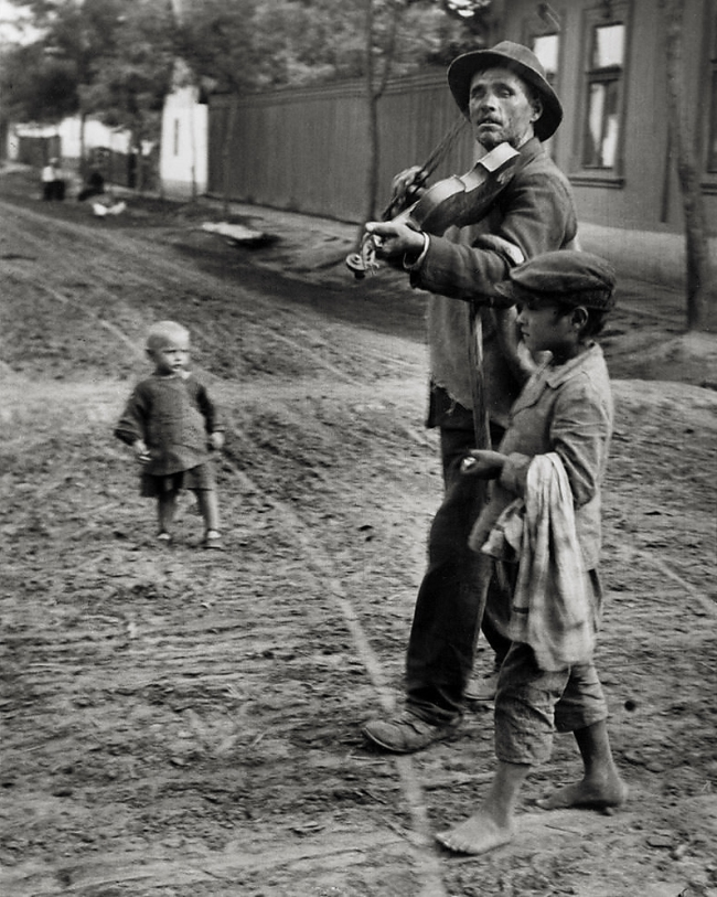 André Kertész (Hungarian, 1894-1985) 'Violoniste ambulant, Abony' 'Traveling violinist, Abony' 1921