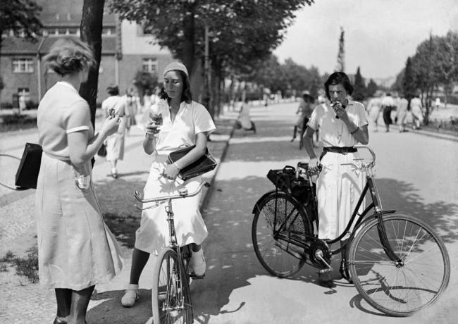 Friedrich Seidenstücker(1882-1966) 'Ice cream after school' 1931